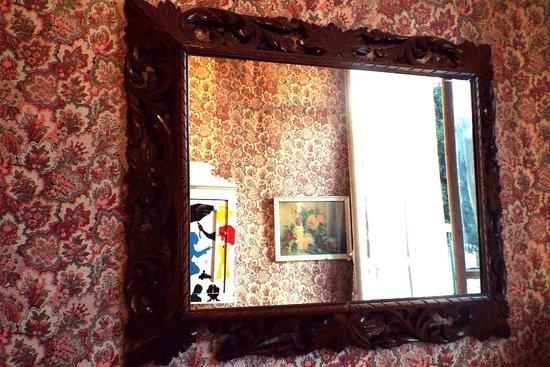 Esmeralda Hotel: Antique mirror in Room 3
