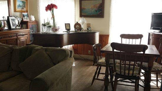 The Old Turner Inn: Warm, cozy room