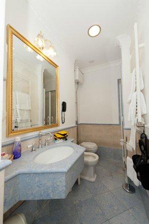 La Lumiere di Piazza di Spagna: bathroom