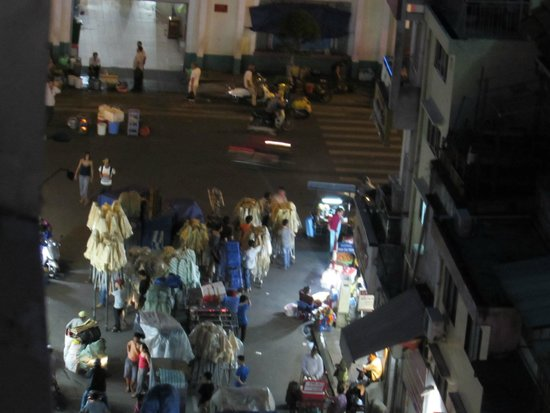 Alagon Western Hotel : the 7pm rush to get a good spot for the traders of night market