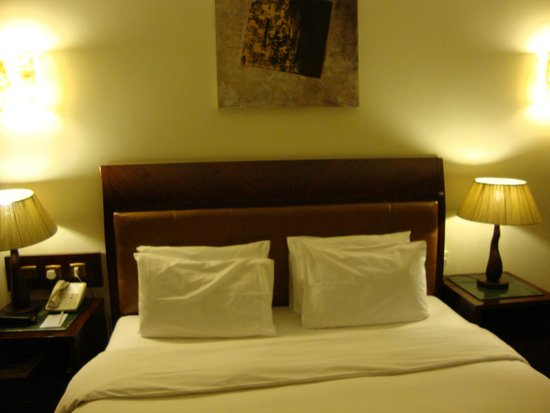 Tulip Inn Sharjah: кровать
