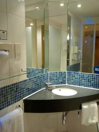 Holiday Inn Express London-Newbury Park: Bathroom