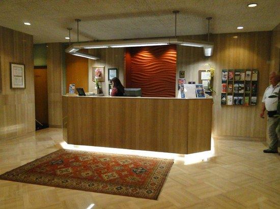 Cartier Place Suite Hotel: ...an der Reception....