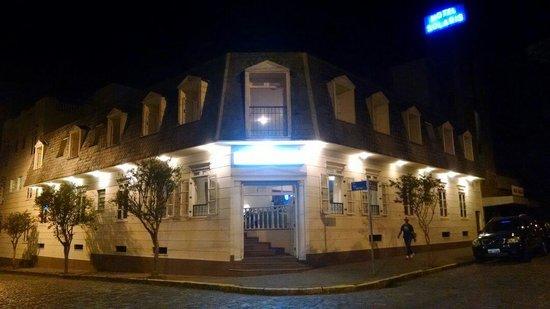 Hotel Solaris: Vista noturna da entrada do hotel