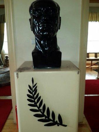 Ataturk Museum: Best heykeli