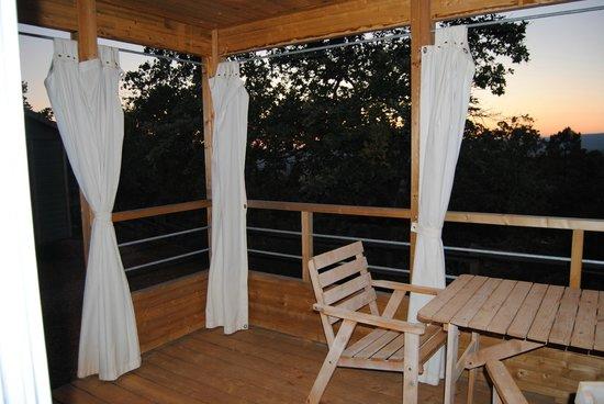La Colline des Ocres : terrasse du chalet.