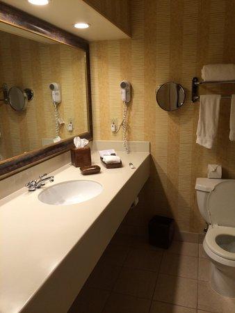 Creekside Inn: Bathroom with green (i.e. eco-friendly, not color) toiletries