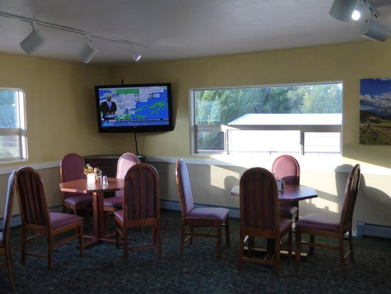 Red Arrow Inn & Suites: eating area