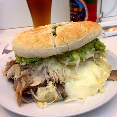 Fuente Alemana : Lomito con palta, mayo y chucrut (sauerkraut)
