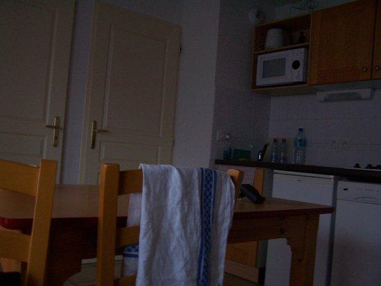 Résidence Goélia Les Flocons d'Argent : la salle a manger et la porte de la chambre