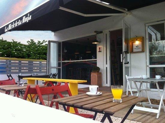 Apartamentos Villa Nadine: Terraza de la cafetería - restaurante
