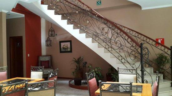 Alejandrina Hotel: Estancia entre la escalera y el area de cafeteria