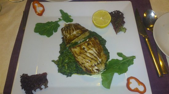 Agora Restaurant: Tuna with spinach and potato. Delicious.