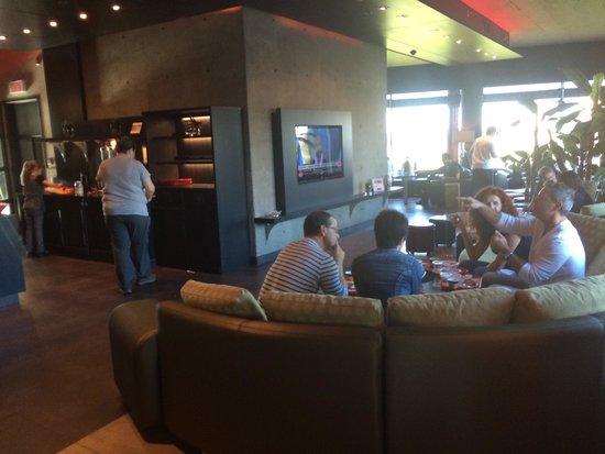 Grand Hôtel TIMES : Pas assez de places pour manger. Les gens doivent manger dans le lobby.