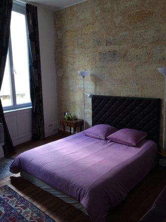 Chambre prune avec mur de pierre bordelaise et vue sur la for Chambre avec vue sur la guerre