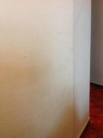 Hotel de Belfort: Murs de la chambre tâchés