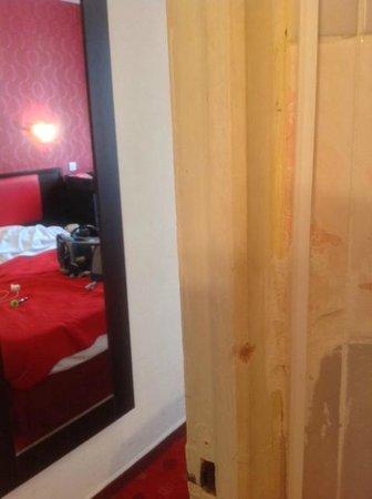 Hotel de Belfort: Joints de salle de bain qui laissent à désirer
