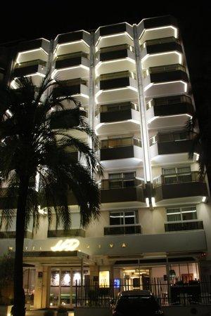 Hotel Riva: Façade vue de nuit.