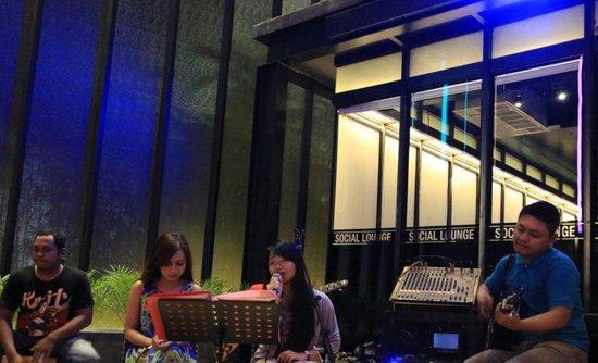 Lovely Live Music Di Social Kitchen. Pengunjungpun Bisa Ikut Bernyanyi.