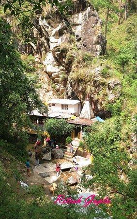 Kausani, India: Rudradhari Temple and water fall