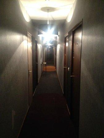 Relais de la Poste : Flur mit 8 Zimmern nach vorn (Hauptstraße) und nach hinten