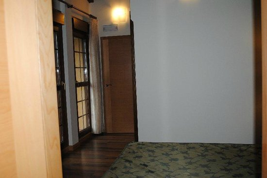 Hotel Milagros Rio Riaza: hallway with doors and wardrobes on right