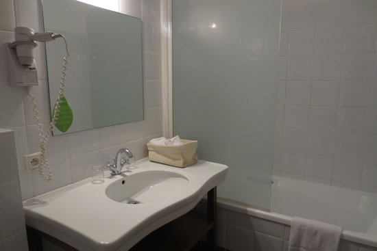 Hotel de Flandre: Bathroom of Executive Room