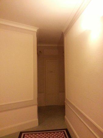 Club Med Vittel Ermitage : ce recoin comporte 3 portes dont l'accès à la chambre