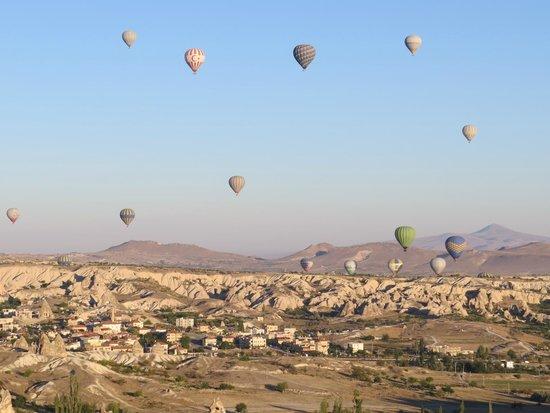 Melek Cave Hotel: Одна из достопримечательностей Гёреме - полет на воздушных шарах