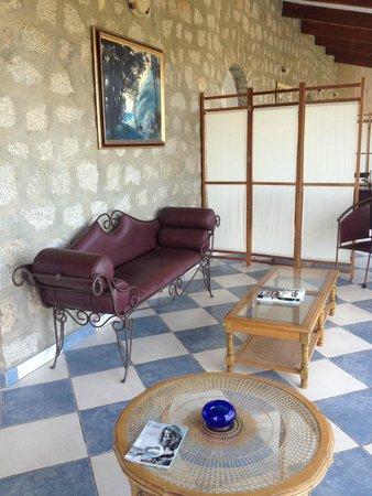 The Manor B&B: le patio ( séparé par des paravents)