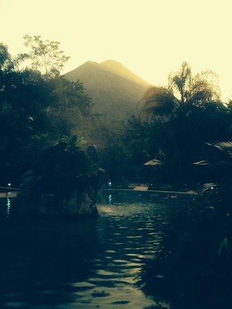 Paradise Hot Springs: Atardecer con el volcán arenal de fondo