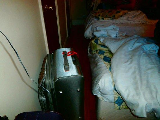 Royal Eagle Hotel: valijas contra los pies de la cama