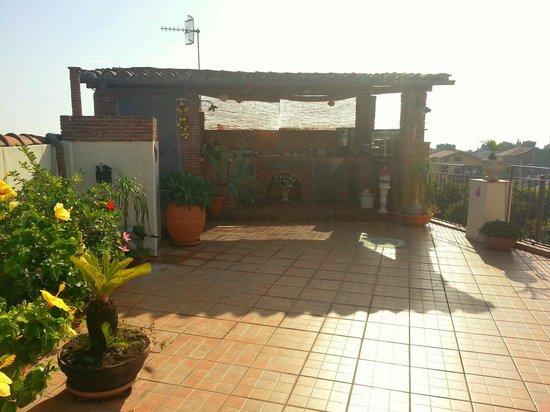 Bed and Breakfast Palazzo Giovanni: La terrazza con la zona buffet della colazione.