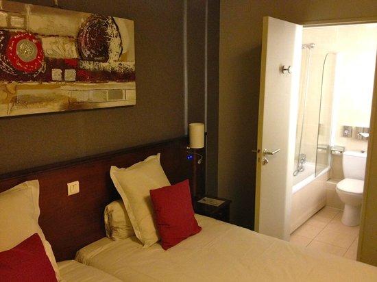 Classics Hotel Parc des Expositions: Hôtel Classics Parc des Expos, Issy-Les-Moulineaux: Chambre et Salle-de-bains