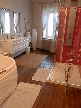 Salle de bain avec douche de massage - Photo de O Beau Repère ...