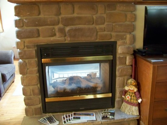 Premier Carriage House Cottages: Warm Inviting 2 way fireplace