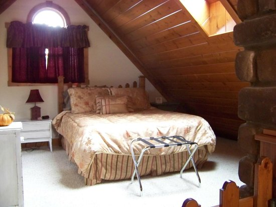 Premier Carriage House Cottages: Upstairs Bedroom, complete with fireplace, tv & full bath