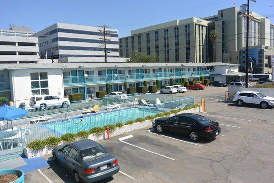 Travelodge Hollywood-Vermont/Sunset : parking et piscine
