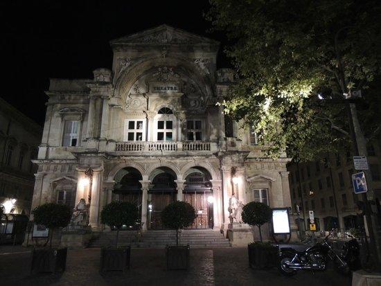 Opéra Théâtre d'Avignon : Facciata in notturna