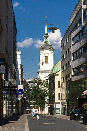 Old Town Hall: Стройный силуэт в перспективе улицы