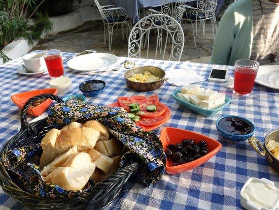 Bakkhos Guesthouse: breakfast