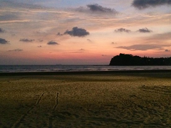 Twin Lotus Resort & Spa: Beach in front of the hotel at sunset