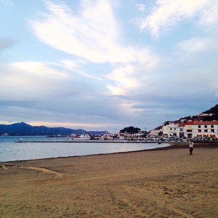 Hotel Spa Porto Cristo : A punto de caer la noche en la playa a una cuadra del hotel.