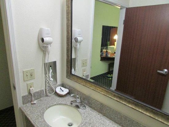Microtel Inn & Suites by Wyndham Tulsa East: Bathroom