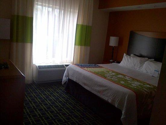 Fairfield Inn & Suites Lewisburg: King suite bedroom
