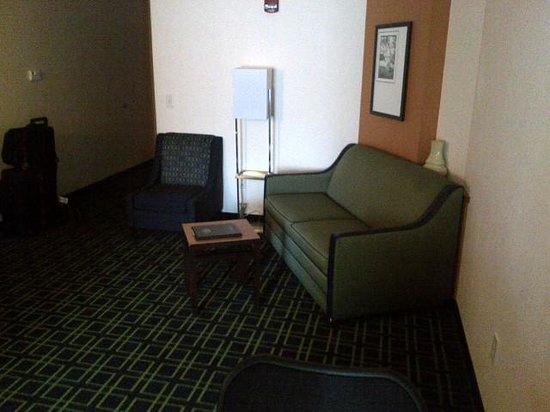 Fairfield Inn & Suites Lewisburg: King suite living room