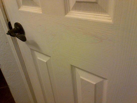 Colonial Inn: Crayon all over back of bathroom door