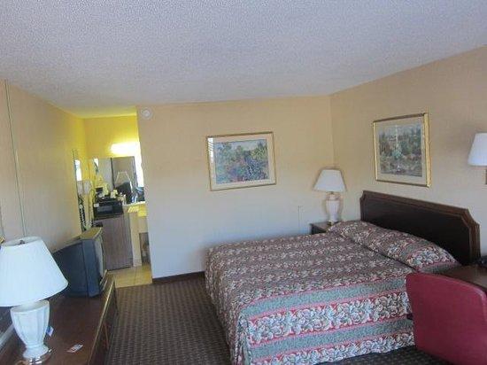 Howard Johnson Inn Virginia Beach: King Room, #103
