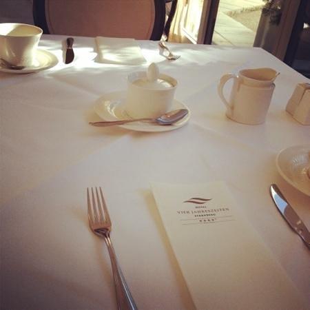 Hotel Vier Jahreszeiten Starnberg: Toll eingedeckter Tisch beim Frühstück
