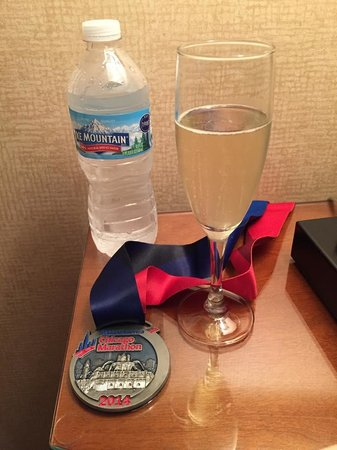 Omni Chicago Hotel: Complimentary champagne and water for all of the marathon runners